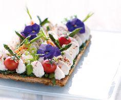 Gourmand magazine vous propose la recette de la tarte de fromage frais aux légumes de printemps et pensées. Vous allez vous régaler. Chefs, Salad Cake, Snack Recipes, Snacks, Frozen Fruit, Sweet And Salty, Culinary Arts, Food Plating, Ceviche