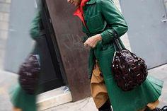 Para encarar as temperaturas negativas em Nova York fashionistas recorreram aos casacos imponentes e quentinhos no entre e sai das salas de desfiles da #NYFW. Com cliques de @whatastreet a moda do lado de fora das passarelas você confere no link na bio. #voguenanyfw #streetstyle  via VOGUE BRASIL MAGAZINE OFFICIAL INSTAGRAM - Fashion Campaigns  Haute Couture  Advertising  Editorial Photography  Magazine Cover Designs  Supermodels  Runway Models
