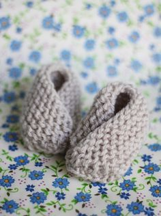 Bitty baby booties -- free pattern that took blogger 30 mins. to knit (see notes about how she knit them backwards and sewed them inside out, which hid the seams and made the shape more rounded than original).