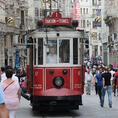 Tranvia en la calle de Istiklal. #turquiaturismo #turquia #estambul #turismo #viajes #viaje #viajero #viajeros #instaviajes #instaturismo #instatravel #travel #fotodeldia #foto #picoftheday #photooftheday #taksim #beyoglu #istiklal