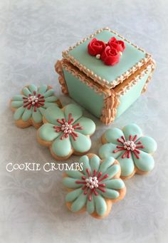 cookie box and flowers ADD diy Cookie Box & Flower Cookies Fancy Cookies, Iced Cookies, Cute Cookies, Royal Icing Cookies, Cupcake Cookies, Sugar Cookies, Elegant Cookies, Heart Cookies, Iced Biscuits