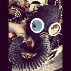 By: @Juanita Camargo Núñez  Evidentes fijaciones: Máscaras de Gas.