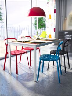 Ola Wihlborg's REIDAR chair was designed for versatility. Light and stackable, you can move it around easily. And indoors or out, its aluminium structure makes itself quite at home.