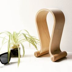 Are you still looking for the perfect place for your headphones? We have a suggestion: Our uber-stylish headphone stand made from real wood.  You can find the stand here an in bio: amzn.kalibri.de/headphone-stand  #headphone#wood#essentials #beatsbydre#headphonestand#sennheiser #bose #minimalism#blogger#design#berlin #lifestyleblogger_de#holz#kalibri