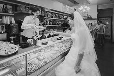 ...E se parte della sessione di ritratti si svolgesse... in un bar? Lo sposo può essere un ottimo barista. In realtà non esistono posti giusti o sbagliati per i ritratti, qualsiasi posto è adatto | How about having some of your wedding portraits taken in a cafè? The groom is such a great bartender ;)