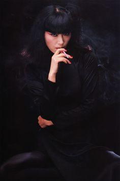Sayoko Yamaguchi  山口小夜子 Le Smoking, Women Smoking, Girl Smoking, Yamaguchi, Japanese Models, Japanese Girl, Twiggy Model, 70s Makeup, My Favorite Image
