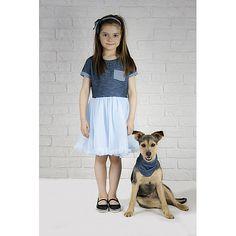 Sukienka dla małej dżinsowej księżniczki uszyta z bardzo miękkiej i delikatnej dzianiny przypominającej dżins. Dół stworzony z gęsto marszczonego błękitnego tiulu.