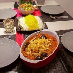 Khoresh gheime- Persisk gryta med kött och kikärtshalvor toppad med potatis.  Grytan är serverad med fluffigt saffransris💛 Recept hittar du på bloggens startsida, gå till zeinaskitchen.se och skrolla ner lite Zeina, Paella, Biscotti, Tapas, Food And Drink, Lime, Healthy, Ethnic Recipes, Mad