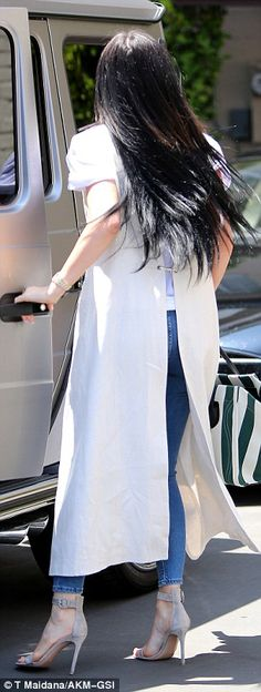 Kylie Jenner wears long sleeveless cream trench coat and ripped jeans Kylie Jenner Look, Jenner Girls, Maxi Coat, Looks Chic, Ripped Skinny Jeans, Strappy Sandals, Daily Mail, Street Fashion, Trench