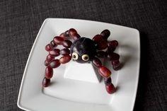 Fun Food Kids spider Plum grapes Spinne Obst fruit Weintrauben Pflaume healty gesund tiere animals halloween Sinja78