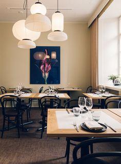 Woodella teetetyt pöydänkannet sitovat yhteen Ravintola Kakolanruusun erilaisten salien ilmeen. Tilasuunnittelu: A-J Silvennoinen & Tom Gustafsson.