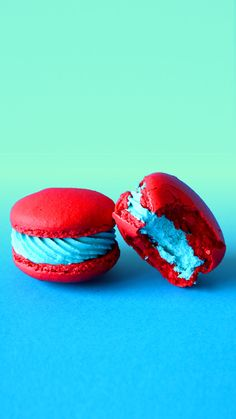 "Seuss Inspired Macarons These blue raspberry flavored macarons are inspired by the Dr. Seuss classic, ""The Cat in the Hat. Baking Recipes, Cookie Recipes, Dessert Recipes, Macaron Video, Delicious Desserts, Yummy Food, Macaron Cookies, Macaroon Recipes, Cake Decorating Videos"