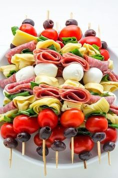 Healthy Recipes Antipasto skewers = easiest appetizer EVER. - Easy and amazing antipasto skewers! The perfect party appetizer. Antipasto Skewers, Skewer Appetizers, Appetisers, Appetizers For Party, Thanksgiving Appetizers, Beach Appetizers, Antipasto Salad, Antipasto Platter, Seafood Appetizers