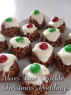 Mars Bar Crackle Christmas Puddings Mars Bars, chopped 2 tablespoons of pouring cream 2 teaspoons cocoa powder 3 cups rice bubbles white chocolate 24 red Smarties or M&M's Christmas Deserts, Christmas Party Food, Christmas Snacks, Xmas Food, Christmas Pudding, Christmas Cooking, Christmas Recipes, Christmas Cakes, Xmas Pudding