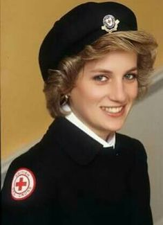 """Princess Diana - """"Everyone needs to be valued. Everyone has the potential to give something back."""" - Diana Princess of Wales Princess Diana Family, Royal Princess, Princess Of Wales, Lady Diana Spencer, Princesa Diana, Prinz William, Prinz Harry, Diane, Red Cross"""