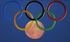 PM (edited) - Public The full moon rises through the Olympic Rings hanging beneath Tower Bridge during the London 2012 Olympic Games August [REUTERS/Luke MacGregor] Full Moon Rising, Moon Rise, Sports Pictures, Cool Pictures, Cool Photos, Tokyo Olympics, Summer Olympics, Moon In Leo, Picture Stand