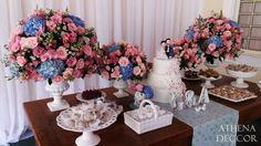 Detalhes de Casamento - Vasos de faiança compondo os arranjos de flores e suportes de doces também em faiança. Cor rosa e azul.