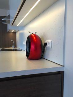 Moderní kuchyň bílý lesk,bezůchytkové otvírání elektrické otvírání odpadkového koše