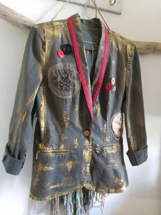 e3964f664405c Veste en jean stretch customisée. Peinture dorée et ruban rouge sur le  revers de col