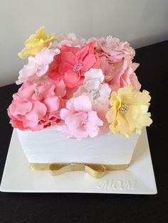A gorgeous flowerbox cake!