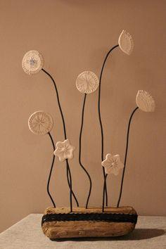 Fleur en plâtre sur branche de bois flotté : Décorations murales par dkocece