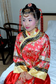 Wedding Fashion: Chinese Wedding x 500 Chinese Wedding Dress Traditional, Chinese Bride, Traditional Dresses, Wedding Chinese, Chinese Style, Wedding Attire, Wedding Dresses, Reception Dresses, Bridal Gowns