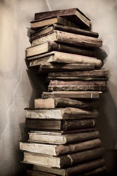 Slikovni rezultat za old books bibliotheque Brown Aesthetic, Aesthetic Vintage, Aesthetic Photo, Aesthetic Pictures, Old Books, Vintage Books, Book Art, Book Wallpaper, Book Photography