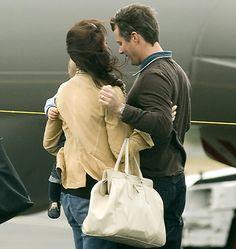 Frederik modtager kærligt Mary og Christian på deres første fælles rejse til Hobart, Tasmanien. November 2006 Billedserie: Frederik som kærlig familiefar og ægtemand | Billed Bladet