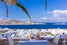 Dopo una serata tranquilla o movimentata, niente di meglio che una colazione con vista su #Mykonos. Una cartolina meravigliosa che sembra quasi finta. Manca poco e il conto alla rovescia segna sempre meno giorni che ci separano dalla nostra isola.  Buongiorno da #MYKONOS_IT @vencia #VenciaBoutiqueHotel
