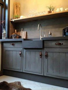 By Marrakech Walls instead of backsplash, color Tender taupe. Above shelf Fresco in color Cold Lava Rustic Kitchen Design, Shabby Chic Kitchen, Farmhouse Kitchen Decor, Country Kitchen, Vintage Kitchen, Rustic Farmhouse, Farmhouse Style, Painting Kitchen Cabinets, Kitchen Paint