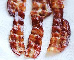 Truc pour faire du bacon parfait  Petit truc pour faire du bacon parfait à la poêle : ajouter 1/4 de tasse d'eau dans la poêle. Bien que cela paraisse étrange, ça marche réellement! L'eau empêche la graisse de gicler et une fois celle-ci évaporée, on obtient des tranches de bacon extra-croustillantes!
