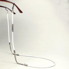 Bei diesem Brillenband wurde feinstes gesäumtes Nappaleder mit Kettenelementen in Antik-Silber kombiniert. Es wurden die typischen Tubes mit den
