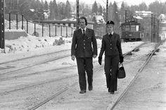 ALLTID PÅ SPORET: Vognfører Jan Andresen og konduktør Grethe Hagen, på Kolsås stasjon den 2. februar 1979. Snow, Outdoor, Outdoors, Outdoor Games, The Great Outdoors, Eyes, Let It Snow