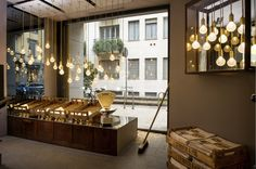 Maravillosa la tienda de estas preciosas bombillas del diseñador Británico Lee Broom  en Milán: un antiguo almacén tradicional con un toqu...