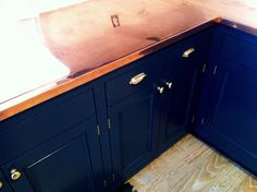 Navy blue cabinets with copper counter tops. Copper Countertops, Cheap Countertops, Kitchen Countertops, Copper Backsplash, Kitchen Backsplash, Diy Kitchen Shelves, Copper Kitchen Decor, Green Kitchen, Kitchen Ideas