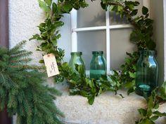 Stechpalmenkranz und Bulachgläser Glass Vase, Home Decor, Crown Cake, Interior Design, Home Interior Design, Home Decoration, Decoration Home, Interior Decorating