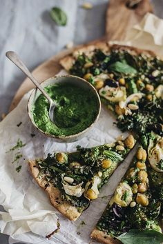 Green Pizza with flatbread crust, kale pesto and aromatic herbs | TheAwesomeGreen.com