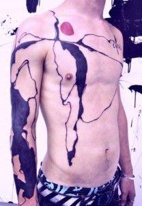 Lukas Musil é um artista, também conhecido como MUSA, que trabalha com várias coisas diferentes mas esse artigo aqui vai ser sobre seu trabalho de tatuagens. Já que elas são tão diferentes que fica difícil não falar sobre elas depois de passar os olhos no seu portfólio.