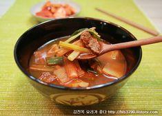 어제 낮에 너무 더웠지요.. 낮엔 더워도 아침저녁으로 서늘한 가을바람이 부는 계절입니다. 이럴때 얼큰한 국물요리 저녁에 생각나지 않으세요? 얼큰한 쇠고기대파국 어떠세요? 육수를 끓일때 대파뿌리도 넣고 끓.. Korean Dishes, Korean Food, Asian Recipes, Ethnic Recipes, Desert Recipes, Food Items, Soups And Stews, Thai Red Curry, Deserts