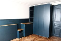 dressing sur mesure en médium peint en Hague Blue, murs peints en hague blue et ammonite de farrow and ball