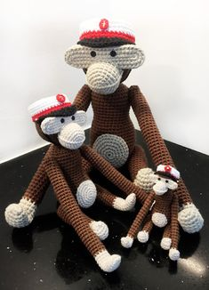 Hæklede studenterhuer Crochet Monkey, Crochet Toys, Hobbies And Interests, Burlap Wreath, Projects To Try, Teddy Bear, Christmas Ornaments, Knitting, Crafts