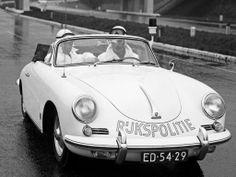 11 december 1960 Het korps Rijkspolitie is een proef begonnen voor het toezicht op het verkeer: witte Porsche's, uitgerust met mobilofoon, geluid en lichtinstallatie. Op deze wijze hoopt men te voorkomen dat verkeersovertreders op de grote weg de politie te snel af kunnen zijn. :)