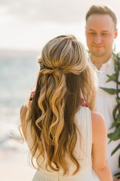 Beach Waves with a twist for a half up haif down wedding hairstyle by Love and Beauty Maui Beach Waves with a twist for a half up haif down wedding hairstyle by Love and Beauty Maui Loose Hairstyles, Bride Hairstyles, Beach Wedding Hairstyles, Hairstyle Ideas, Bridal Braids, Bridal Hair, Medium Hair Styles, Curly Hair Styles, Hair Extensions Best