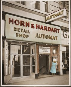 First automat was opened June 1902 in Philadelphia. The first New York Automat opened in Times Square July The Bowery Boys, New York Architecture, York Restaurants, Vintage New York, Vintage Pictures, Vintage Photography, Philadelphia Attractions, Philadelphia History, Visit Philadelphia