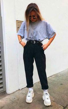 Musa do estilo: Minnahigh - T-shirt oversized cinza, calça de alfaiataria preta com bar Cute Casual Outfits, Retro Outfits, Simple Outfits, Stylish Outfits, Vintage Outfits, Casual Outfits For School, Party Outfit Casual, Teen Dresses Casual, Grunge School Outfits