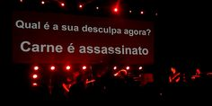 Morrissey faz apelo ao público contra o consumo de carne durante apresentação em São Paulo.