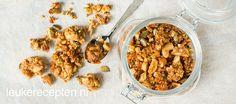 Zelfgemaakte granola uit de oven met noten, kokos en honing. Heerlijk door de yoghurt! Light Recipes, Superfood, Granola, Yoghurt, Dog Food Recipes, Almond, Oatmeal, Gluten Free, Vegan