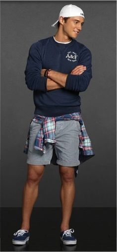 Nail off-duty dressing with this combination of a navy blue round-neck sweater and grey shorts. Complement this look with navy blue low top sneakers.
