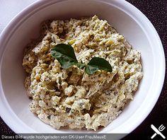 Zucchini-Aufstrich 300 g Zucchini, jung Salz 100 g Zwiebel(n) 2 Zehe/n Knoblauch 2 Ei(er) 2 EL Öl (Olivenöl) 1 Bund Petersilie 2 EL Crème fraîche 1 EL Zitronensaft Cayennepfeffer Pfeffer, schwarz Zubereitung Zucchini waschen, putzen, fein raspeln, leicht salzen, 5 Minuten ruhen lassen. Portionsweise in einem sauberen Tuch leicht ausdrücken. Zwiebel und Knoblauch fein hacken. Eier in 10 Minuten hart kochen, abschrecken, schälen und würfeln. Zwiebel und Knoblauch in dem Öl glasig braten…