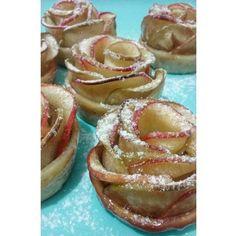 Mesma massa, mas versão sobremesa dessa vez: rose apple pie! Apaixonada pelo sabor... pelo perfume... pela cara desse jardim!  #rosasdemaçã #roseapplepie #tortinhasdemaçã #maçãsverdesevermelhas #especiariaspratemperar #caramelopramelecar #muitoamor #littletarts #handmadefood #comfortfood #sobremesalovers #sobremesa #dessert #mylittlelabdelicious